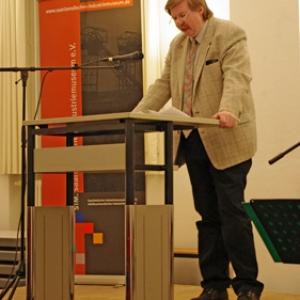 Der Vorsitzende des Saarländischen Industriemuseums e.V. begrüßt das Publikum